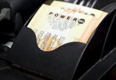 mulher ganha na loteria